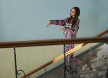 Noctambulist femenino joven que camina abajo de las escaleras Imagen de archivo