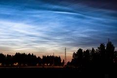 Noctilucent moln som glöder på natthimmel Royaltyfri Foto
