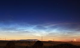 Noctilucent silberne Wolken stockfotos