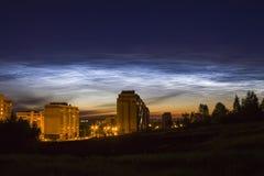Noctilucent wolken in de nachthemel Royalty-vrije Stock Afbeelding