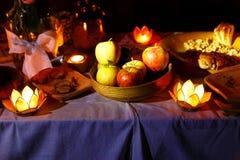 Nocturnal ślub uczta trzymająca w naturze z czarownym lotosem kształtuje cande właścicieli zdjęcie royalty free