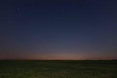 Nocy łąki tło nocne niebo gwiaździsty nocne niebo gwiazdy Obrazy Royalty Free