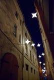 Nocy średniowieczna wąska ulica w starym mieście Ryski, Latvia Obraz Stock