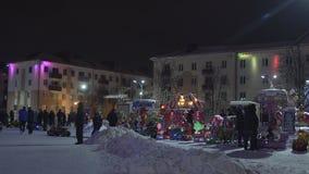 Nocy świąteczny miasto z iluminacją i przyciąganiami na nowy rok wakacjach zdjęcie wideo