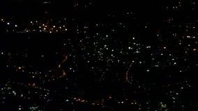 Nocy światła miasta migotanie w zmroku pod skrzydłem samolot zbiory wideo