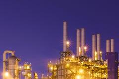 Nocy światło przy fabryką blisko oceanu, rafinerii ropy naftowej fabryka, zakład petrochemiczny, ropa naftowa zdjęcia stock
