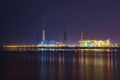 Nocy światło przy fabryką blisko oceanu, rafinerii ropy naftowej fabryka, zakład petrochemiczny, ropa naftowa Obrazy Royalty Free