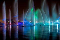 Nocy światło, woda i ogienia przedstawienie, pokazujemy daleko swój twórczość i piękno fotografia stock