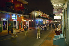 Nocy życie z światłami na bourbon ulicie w dzielnicie francuskiej Nowy Orlean, Luizjana Fotografia Royalty Free