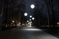 Nocy aleja z bąbli światłami Fotografia Royalty Free