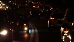 Nocy autostrada z ruchu drogowego dżemem i nagłego wypadku samochodem zbiory