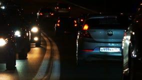 Nocy autostrada z ruchu drogowego dżemem i nagłego wypadku samochodem zdjęcie wideo