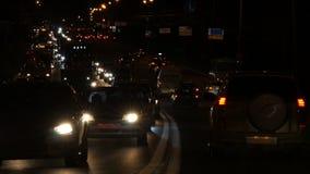 Nocy autostrada z ruchu drogowego dżemem i nagłego wypadku samochodem zbiory wideo