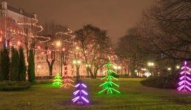 Nocy bożych narodzeń tło, bożego narodzenia miasta iluminacja Bożenarodzeniowy neonowy drzewo w śródmieściu zdjęcie royalty free
