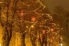 Nocy bożych narodzeń tło, bożego narodzenia miasta iluminacja Bożenarodzeniowy neonowy drzewo w śródmieściu zdjęcia royalty free