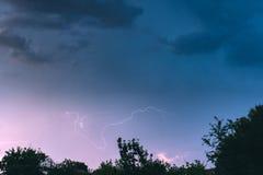 Nocy burza w wioski lata krajobrazie Obrazy Stock