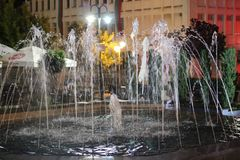 Nocy centrum w miasteczku Petrich - fontanna przeciw Chitalishte kwadrat Obraz Stock