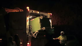 Nocy cleaning śmieci pracownikami na śmieciarskiej ciężarówce Cala Mendia Mallorca święta bożego miasta wróżki Łotwy nocy prowinc zbiory wideo