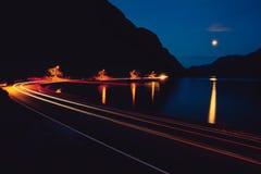Nocy droga, góra i jezioro, Zdjęcie Stock