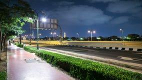 Nocy Dubai 4k czasu lekki chodzący drogowy upływ z pięknym niebem zbiory