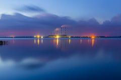 Nocy elektryczna stacja w jeziornym odbiciu Zdjęcia Stock