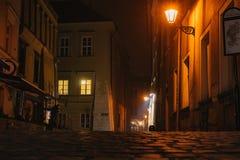 Nocy europejska antyczna w?ska ulica fotografia stock