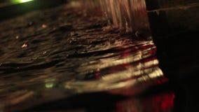 Nocy fontanna w centrum Petrich fotografii wideo od kąta kwadrat w wieczór zbiory wideo