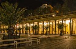 Nocy foto kolumnada w Karlovy Zmienia fotografia royalty free