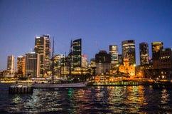 Nocy fotografia Campbell ` s zatoczki Jetty z nabrzeże historycznego budynku widokiem przy tłem obraz stock