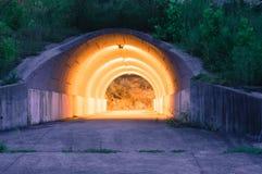 Nocy fotografia chodzący tunel Zdjęcie Royalty Free