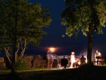 Nocy fotografia firma wokoło ogniska obraz stock