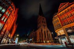 Nocy fotografia Hamburg na rozdrożu Widok St Petri kościół i tradycyjni czerwoni ceglani domy długi obraz stock