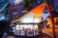 Nocy fotografia Harrys Kawiarnia De Toczący jest kulebiakami, pasties i hot dog australijczyk ikony porci, przy siana St, Sydney  fotografia stock