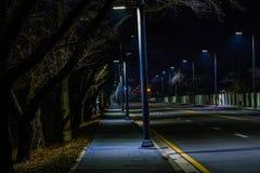Nocy fotografia pusta cztery pasów ruchu ulica Fotografia Stock