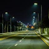 Nocy fotografia pusta cztery pasów ruchu ulica Zdjęcie Stock