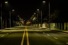 Nocy fotografia pusta cztery pasów ruchu ulica Zdjęcia Royalty Free