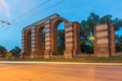 Nocy fotografia ruiny Romański akwedukt w mieście Plovdiv Fotografia Royalty Free