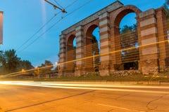 Nocy fotografia ruiny Romański akwedukt w mieście Plovdiv Fotografia Stock