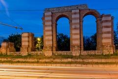 Nocy fotografia ruiny Romański akwedukt w mieście Plovdiv Obrazy Royalty Free
