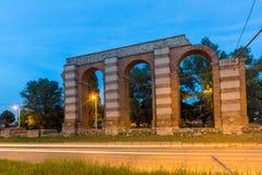 Nocy fotografia ruiny Romański akwedukt w mieście Plovdiv Obraz Stock