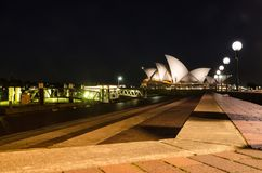 Nocy fotografia Sydney opery widok od Campbell ` s zatoczki Jetty obrazy stock