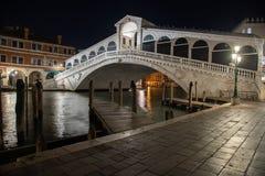 Nocy fotografii kantora most w Wenecja, Włochy obrazy stock