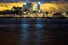 Nocy fotografii Maas kanał Rotterdam zdjęcie stock