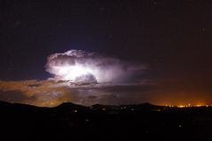 Nocy gwiazdy krajobraz z błyskawicą Zdjęcia Stock