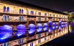Nocy iluminacja zapora Vauban w Strasburg (Vauban jaz) zdjęcia stock