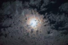 Nocy księżyc w pełni chmur halo skutka chmury nieba jaskrawej tajemnicy straszna księżycowa atmosfera Zdjęcie Royalty Free