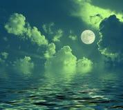 Nocy księżycowa krajobrazowa księżyc w pełni odbijał w wodnych nocy chmurach zdjęcie royalty free