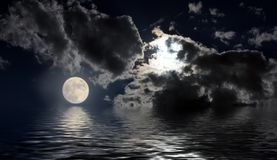 Nocy księżycowa krajobrazowa księżyc w pełni odbijał w wodnych nocy chmurach zdjęcia royalty free