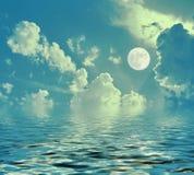 Nocy księżycowa krajobrazowa księżyc w pełni odbijał w wodnych nocy chmurach zdjęcie stock