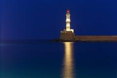 Nocy latarnia morska w starym schronieniu, Chania, Crete Obrazy Stock